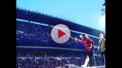 Foo Fighters Dave Grohl falls off stage and breaks leg at Swedish Concert.