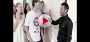 Ryan Seacrest tries to high 5 blind guy on American Idol.