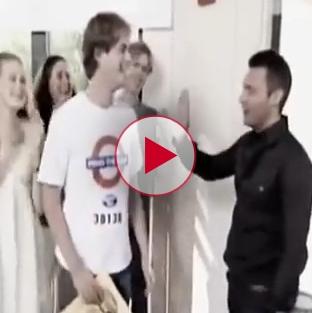 Ryan Seacrest tries to high 5 blind guy on American Idol.